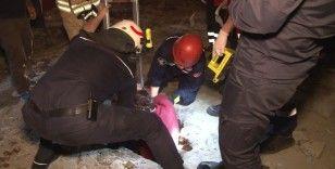 Beyoğlu'nda açık bırakılan kanalizyon çukuruna düşen yaşlı kadını itfaiye kurtardı