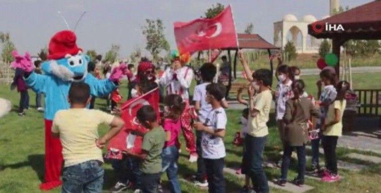 Türk askeri çocukları mutlu etmeye devam ediyor
