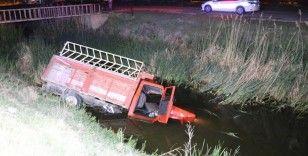 Kamyonetle sulama kanalına düşen alkollü sürücünün burnu bile kanamadı