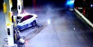 Kovalamacada kaçan aracın polis otosuna çarpma anının kamerada