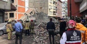 Zeytinburnu'nda daha önce boşaltıldığı öğrenilen 5 katlı bina çöktü
