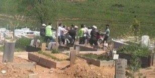 İşçiler mezarlıkta birbirine girdi: O anlar kamerada