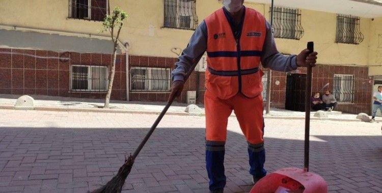 Temizlik görevlisi bina yıkılmadan önce çevredekileri uzaklaştırmış
