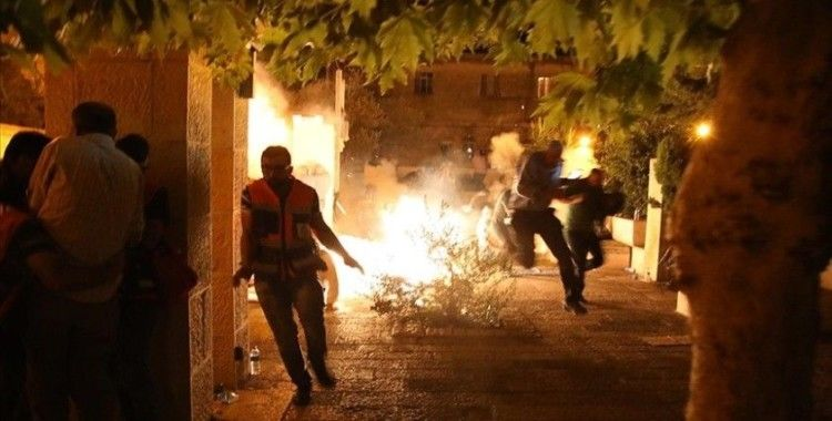 İsrail polisi, Mescid-i Aksa'ya girerek ses bombalarıyla cemaate saldırdı