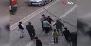 Çıkan kavgada çocuğu ile ağabeyini tekme tokat dövdüler: O anlar kameraya böyle yansıdı