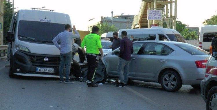 Sultanbeyli'de servis minibüsüyle otomobil kafa kafaya çarpıştı: 1 yaralı