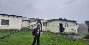 Sarıkamış'ta fırtına çatıları uçurdu