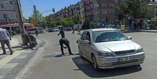 Hareket halindeyken çalan telefonu motosiklet sürücüsünü canından ediyordu