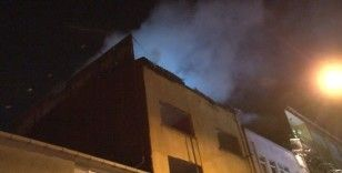 Bayrampaşa'da 3 katlı metruk binanın çatısı alev alev yandı