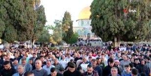 İsrail güçlerinin ses bombalarıyla saldırdığı Mescid-i Aksa'ya bayram namazı