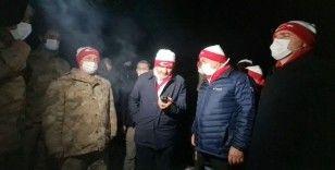 Erbaş, 3480 rakımlı üs bölgesindeki askerlere dua edip bayramlarını kutladı