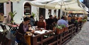 Polonya'da halk aylar sonra yeniden açılan restoranların keyfini çıkardı