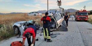 Direksiyon hakimiyetini kaybeden sürücü beton elektrik direğine çarptı: 2 ölü