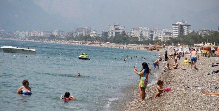 Tam kapanmanın son gününde Antalya sahillerinde turist yoğunluğu