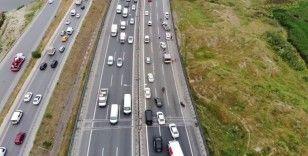 Bahçeşehir Tem otoyolunda araç takla attı, trafik kilitlendi