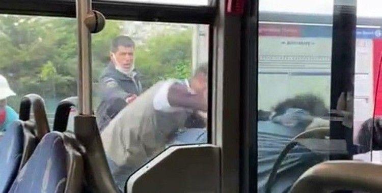 Metrobüste korku dolu anlar: Tekmeler ve yumruklar havada uçuştu