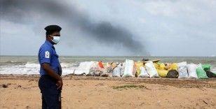 Sri Lanka'da günlerce yandıktan sonra batmaya başlayan yük gemisinin çevre felaketine yol açmasından korkuluyor
