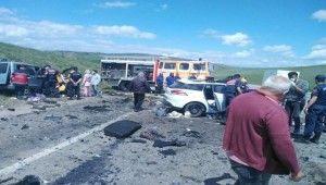 Sivas'ta iki araç kafa kafaya çarpıştı, 9 ölü