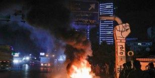 Dolar hesaplarından para çekemeyen Lübnanlılar, bankaları protesto etti