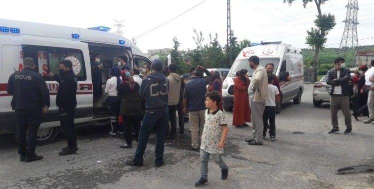 Arnavutköy'de freni boşalan minibüs inşaat iskelesine çarptı: 3 yaralı
