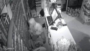 Hırsızlık yaptığı yerlere iz bırakmamak için gazlı içecek döktü.mp4