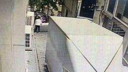 Genç kız kendini balkondan aşağıya attı