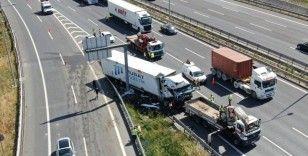 Kuzey Marmara Otoyolunda bariyerlere çarpan tır sürücüsü ağır yaralandı