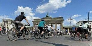 Almanya'da hükümetin ulaşım ve iklim politikaları bisiklet konvoylarıyla protesto edildi