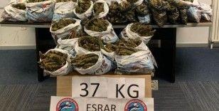 Polisin yaptığı üst aramasında çıkan anahtarda yazılı adreste 37 kilogram esrar yakalandı