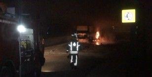 Topkapı köprüsünün altında bir minibüs alev alev yandı