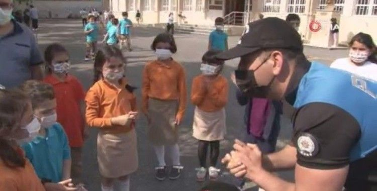 Polisler, öğrencilere maske ve sosyal mesafe kurallarını hatırlattı