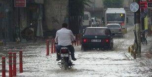 Edremit'te sağanak yağmur hayatı felç etti