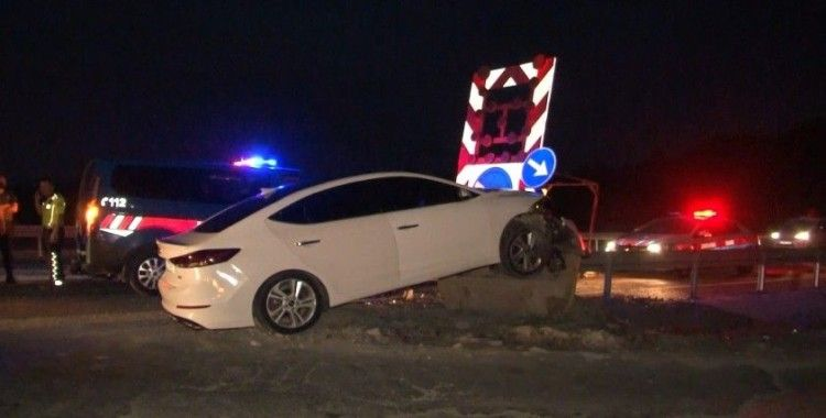 Arnavutköy'de kontrolden çıkan otomobil ok gibi bariyerlere saplandı