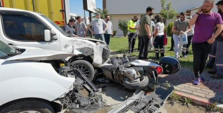 Motosiklete aynı anda 2 araç çarptı: 3 yaralı