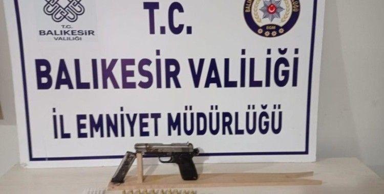 Balıkesir'de polis 12 aranan şahsı gözaltına aldı