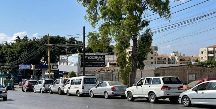 Lübnan'da benzin ithal edilemedi, benzin istasyonlarında uzun kuyruklar oluştu