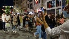 İstiklal Caddesi'nde maske ve mesafe unutuldu, halaylar çekildi