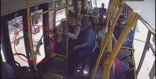 Rusya'da annesinin kucağındaki bebeğin bacağı otobüsün kapısına sıkıştı