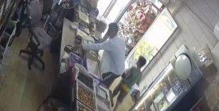 Dondurma yiyerek cep telefonu çalan hırsız, güvenlik kamerasına yakalandı