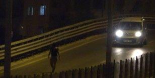 Üst geçide çıkan genç kız, bekçileri görünce caddeye fırladı