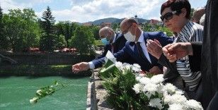 Bosna Savaşında diri diri yakılan üç bin kurban güllerle anıldı