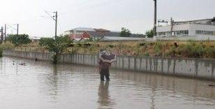 Ankara'da sağanağın ardından gelen sel sokakları kapattı