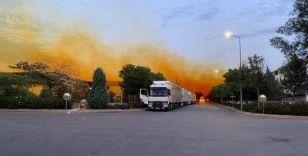 Fabrikanın kimyasal madde tankından sızıp havayla karışan nitrik asit gökyüzünü turuncuya boyandı