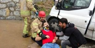 Trafik kazasında itfaiye erinden ilk yardım müdahalesi