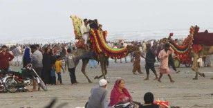 Sıcaktan bunalan Pakistanlılar plaja akın etti, Covid-19 unutuldu