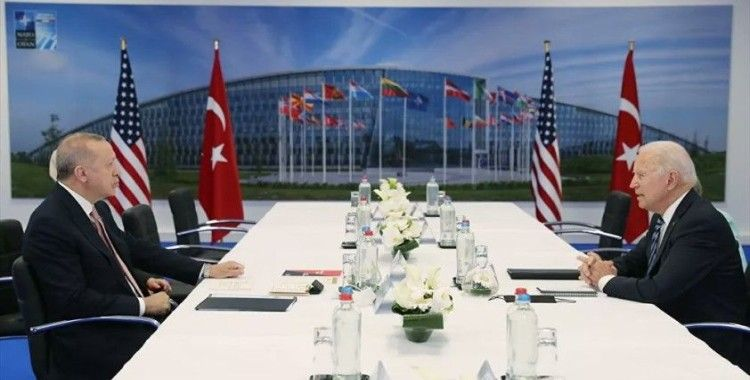 Erdoğan, NATO Zirvesi'nde görüştüğü liderlere 'Türkiye'nin Terörizmle Mücadelesi' kitabını verdi