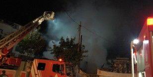Sancaktepe'de içinde tüplerin bulunduğu palet deposu yandı, mahalleli sokağa döküldü