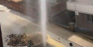 Pendik'te çalışma yapılırken su borusu patladı; tazyikli su apartmanın yüksekliğine ulaştı