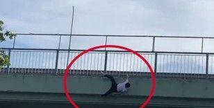 İstanbul'da genç adam üstgeçitten yola atladı