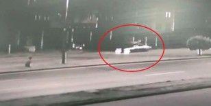 Otomobilin bisikletiyle işe giden şahsa çarpıp metrelerce savurduğu feci kaza kamerada
